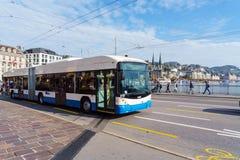 卢赛恩,瑞士- 2017年10月19日:公共汽车和汽车在r 库存照片