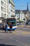 卢赛恩,瑞士- 2017年10月19日:公共汽车和汽车在r 库存图片
