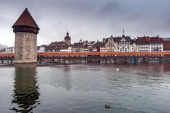 卢赛恩,瑞士- 2015年10月28日:在罗伊斯统治者列表河,卢赛恩的有雾的早晨和教堂桥梁 库存照片