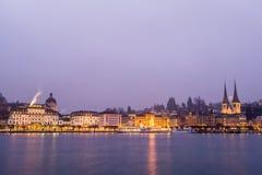 卢赛恩,瑞士- 2016年12月31日:著名湖散步和市的看法在日落期间的卢赛恩 免版税图库摄影
