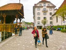卢赛恩, Switzerlandi - 2017年5月02日:努力去做在老镇的人民在卢赛恩, 2017年5月02日的瑞士 图库摄影