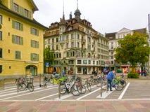 卢赛恩, Switzerlandi - 2017年5月02日:努力去做在老镇的人民在卢赛恩, 2017年5月02日的瑞士 库存照片