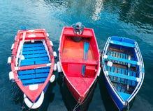 卢阿尔卡,西班牙- 2016年12月4日:三条明亮的被绘的小船在 免版税库存照片