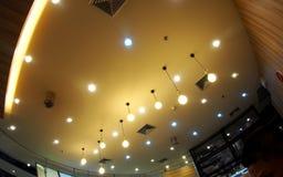 卤素和LED电灯泡点燃与软的温暖的颜色的天花板灯定调子 库存图片