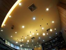 卤素和LED电灯泡点燃与软的温暖的颜色的天花板灯定调子 免版税库存照片