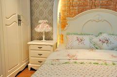 卧具颜色用花装饰的照明设备空间 图库摄影
