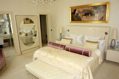 卧室内部与照片。 免版税库存照片