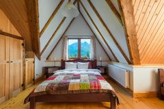 卧室内部在一个木房子里有从Th的美丽的景色 免版税库存照片