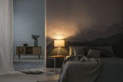卧室内部在晚上 图库摄影