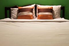 卧室和绿色墙壁 图库摄影