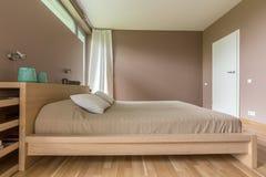 卧室在褐色轻的树荫下  图库摄影