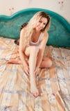 卧室妇女年轻人 免版税库存图片
