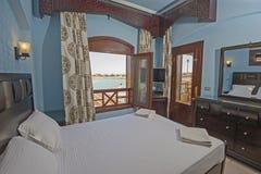卧室室内设计在房子里有海视图 免版税库存图片