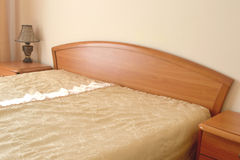 卧室家具在旅馆客房 免版税库存图片