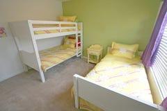 卧室床铺孪生 库存照片