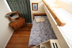 卧室床铺 库存照片
