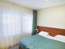 卧室把白色枕在 免版税库存照片