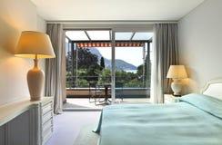 卧室方便的大阳台视图 免版税库存照片