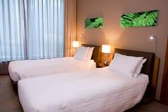 卧室旅馆现代空间 免版税库存图片