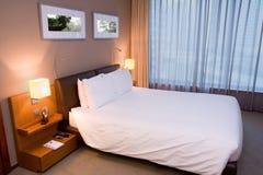 卧室旅馆现代空间 免版税图库摄影