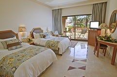 卧室旅馆豪华海运视图 免版税库存图片