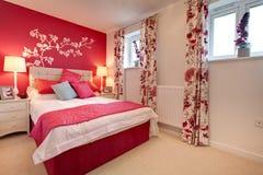 卧室明亮地装饰了现代 免版税库存图片