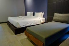 卧室是干净的 适用于睡觉和放松在nig 库存图片