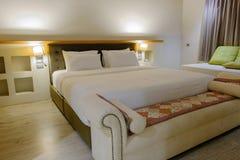 卧室是干净的 适用于睡觉和放松在nig 免版税库存图片