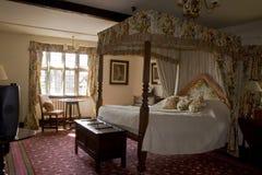 卧室有四根帐杆的卧床 免版税库存照片