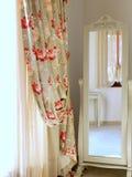 卧室木镜子的橄榄 库存照片