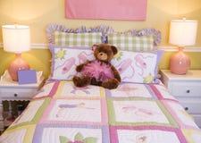 卧室桃红色俏丽的小孩 免版税库存照片