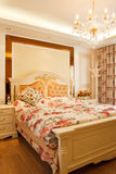 卧室消耗大的内部豪华 免版税库存照片