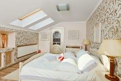 卧室灰棕色上色内部轻现代 免版税库存图片