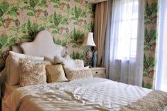 卧室用花装饰的照明设备早晨 免版税库存图片