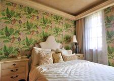 卧室用花装饰的照明设备早晨 免版税库存照片