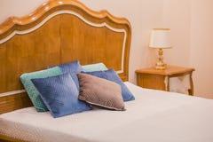 卧室的现代豪华木内部 一间屋子的设计在有床和原始表灯的一家旅馆里 库存图片