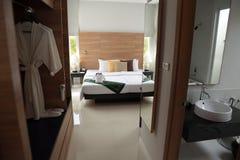 卧室的看法从走廊的 图库摄影
