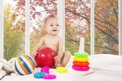 卧室的逗人喜爱的婴孩在家 免版税图库摄影