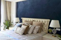 卧室的金刚石蓝色悬墙 免版税库存照片