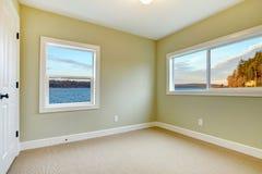 卧室空的绿色新的视图围住水 库存照片