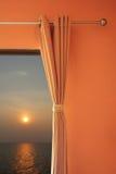 卧室窗口海上打开和可看见的日落 图库摄影
