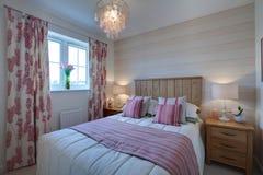 卧室紧凑现代 免版税库存图片