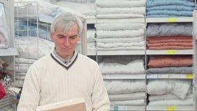 卧室纺织品的老人购物在陈设品商店 股票视频