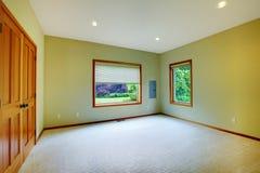 卧室绿色大二视窗 免版税库存图片