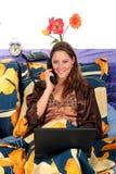 卧室膝上型计算机妇女 免版税库存照片