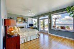 卧室蓝色明亮的内部大豪华 免版税图库摄影