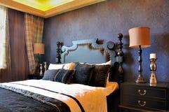 卧室蓝色装饰深刻的高尚的样式 免版税库存照片