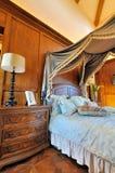 卧室装饰了木的家具 免版税库存照片