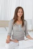 卧室逗人喜爱的执行的执行女子瑜伽 免版税库存图片