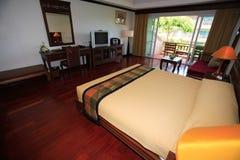 卧室,卧室内部在旅馆,在Asi手段的休息处里  免版税库存照片